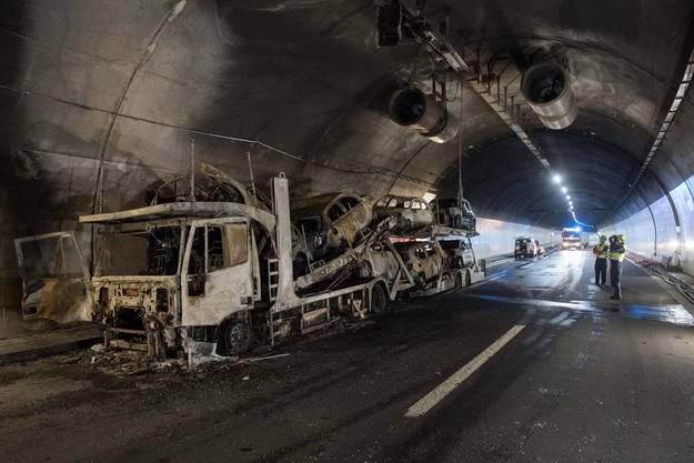 Der Autotransporter mit italienischen Kontrollschildern brannte vollständig aus.