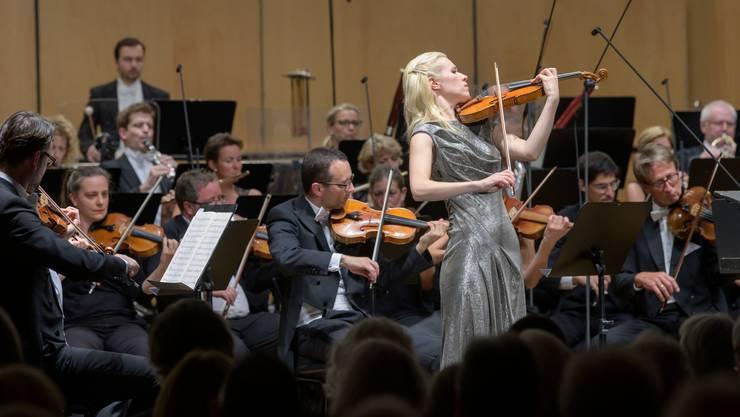 Das argovia philharmonic spielt sein 1. Abo-Konzert unter der Leitung von Leo McFall mit Eldbjørg Hemsing als Solistin.