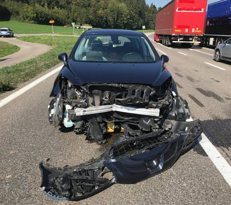 Die Schweizerin blieb unverletzt. Die Kantonspolizei nahm ihr den Führerausweis ab.