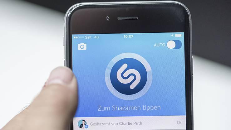 """Der Musikdienst Shazam erkennt Musiktitel, indem Nutzer die App auf ihren mobilen Geräten einschalten und sie am Radio oder in der Bar """"mithören"""" lassen. (Symbolbild)"""