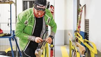 Dario Cologna muss seine Langlaufski künftig ohne Fluor wachsen. Das Verbot beschäftigt den Bündner Olympiasieger.