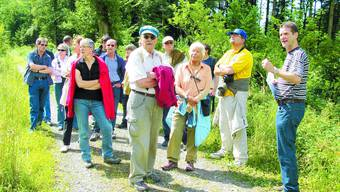 Expertenmeinung: Oberförster Laurent Mati (vorne rechts) brachte den 16 Teilnehmenden sein Fachwissen näher.  (Fotos: afu)