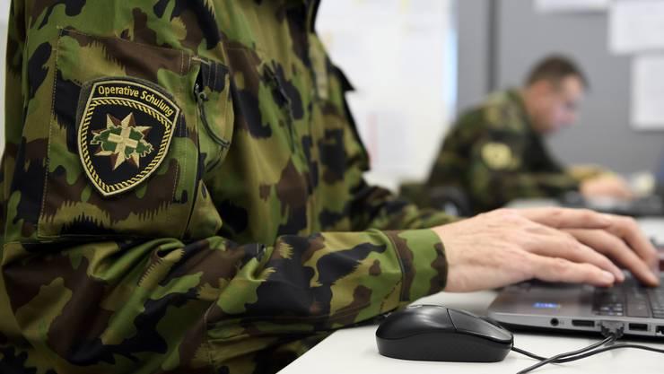 Ein Armeeangehöriger während der Sicherheitsverbundsübung 2019 in einem Ad-hoc-Operationszentrum.