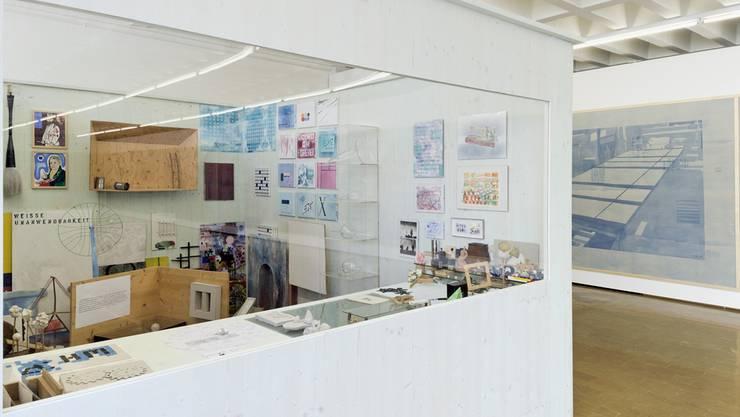 Im Labor hat Rolf Winnewisser seinen Fundus aus Marterialien, Modellen, Fundsachen und Skizzen arrangiert.