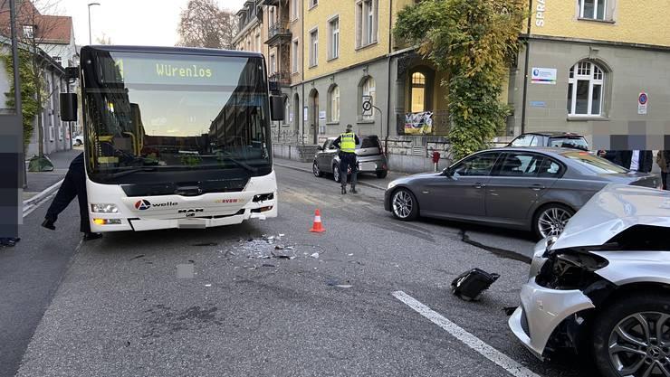 Mit seinem Mercedes kollidiert ein Autolenker in Baden mit einem Linienbus.