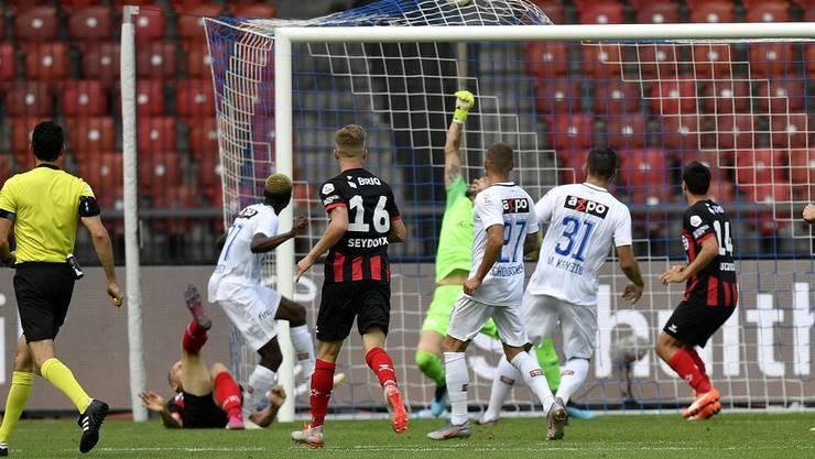 Das Netz wölbt sich: Gaëtan Karlen (am Boden liegend) hat mit einem herrlichen Fallrückzieher gegen den FC Zürich zum 2:2 für Xamax ausgeglichen (Bild: key).
