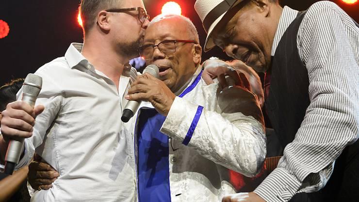 Der Festival-Direktor Mathieu Jaton mit Quincy Jones und dem US-amerikanischen Sänger Al Jarreau während des Jubiläumsabends zur 50. Ausgabe des Montreux Jazz Festivals am vergangenen Freitag.