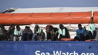 """Migranten an Bord des deutschen Rettungsschiffs """"Sea-Watch 3"""". (Archibild)"""