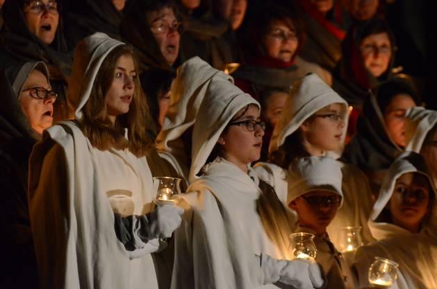 Die singenden Kinder halten das Licht in den Händen - dies während des Weihnachtsspiels der Wettinger Sternsinger_tab