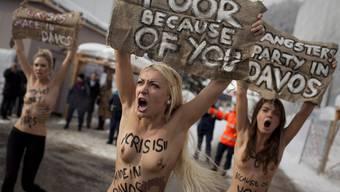 Wütende Aktivistinnen machen in Davos oben ohne auf sich aufmerksam