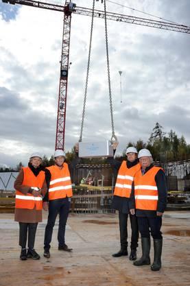 Architektin Christine Nickl-Weller, KSB-CEO Adrian Schmitter, KSB-Präsident Daniel Heller und Bauprojekt-Leiter Hansruedi Gmünder nehmen die Zeitkapsel entgegen.