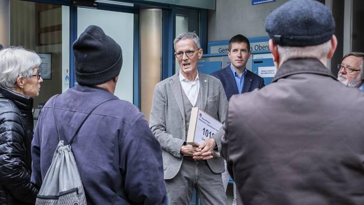 Der Oberentfelder Gemeindeamman Markus Bircher nimmt die 1000 Unterschriften der Fusiongegner, die somit das Referndum gegen den Zukunftraum ergriffen haben, entgegen und steht ihnen Rede und Antwort.