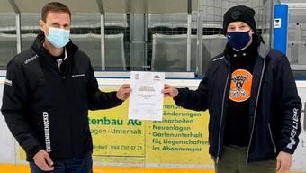 Philipp Bräker vom Eishockeyverband übergibt Roger Müller vom EHC Urdorf das Diplom.