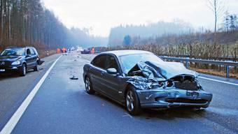 Auf der Autobahn A6 bei Lyss kam es in den frühen Morgenstunden zu einem Unfall, bei dem mehrere Fahrzeuge beteiligt waren.