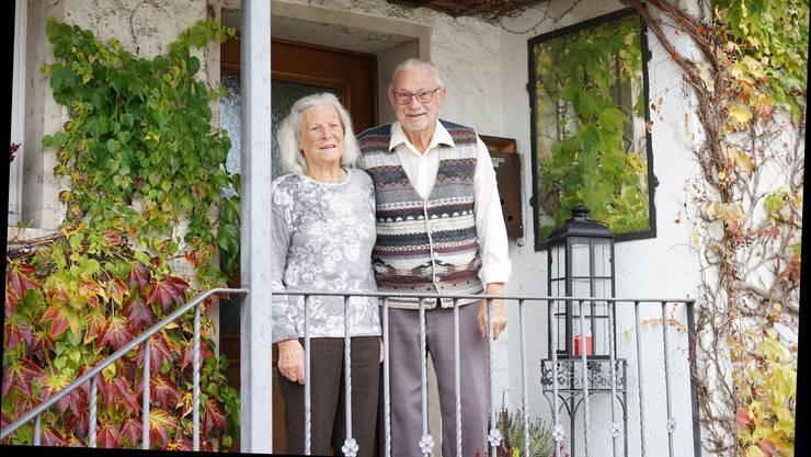 Hans und Rita Stampfli, die 30-fachen Urgrosseltern, vor ihrem Eigenheim in «Hopperste» (Hubersdorf). Hier haben sie ihre neun Kinder grossgezogen.