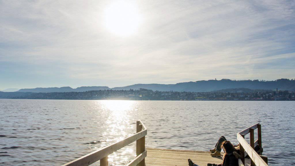 Die milden Temperaturen lockten die Menschen - wie hier am Zürichsee - am Weihnachtstag ins Freie.