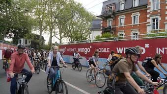 Teilnehmer der Velodemo vom Donnerstag gegen den E-Grandprix vor einer noch intakten Werbewand. (Archivbild)