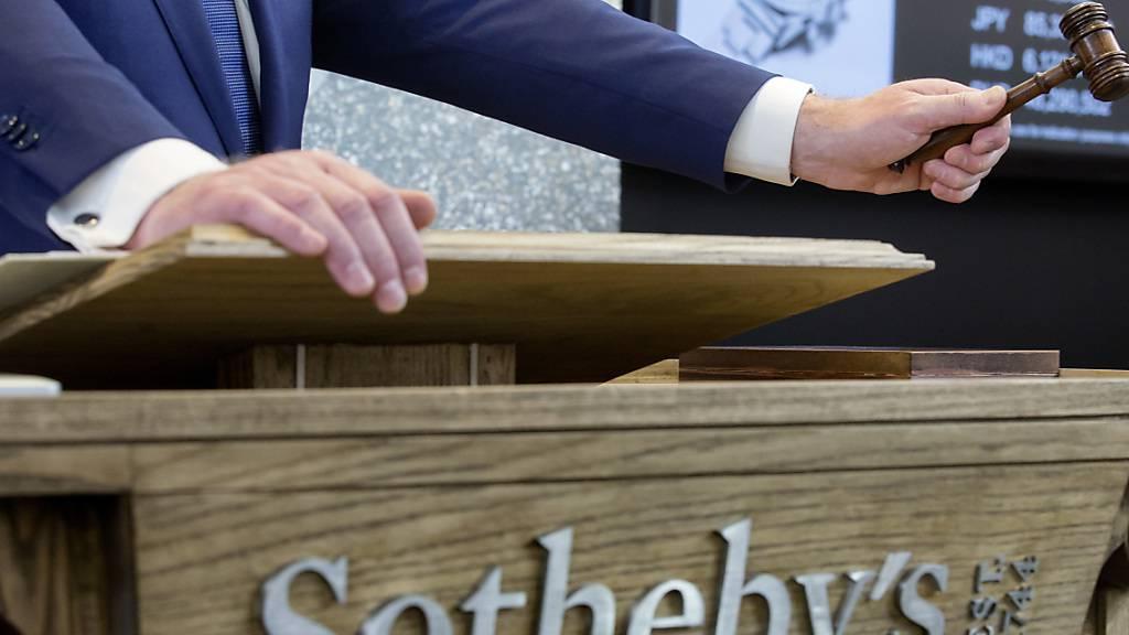 Die berühmten Frühjahrsauktionen von Sotheby's sollen im Juni nachgeholt werden - sofern es die Coronavirus-Pandemie zulässt. (Archivbild)