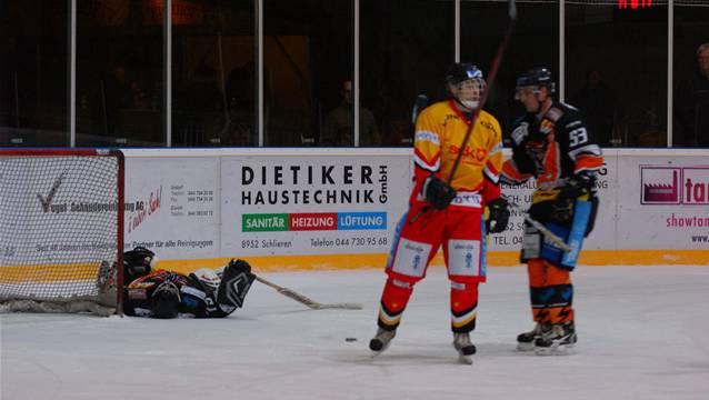 Urdorf-Goalie Florian Wassmer und Verteidiger Serge Haas nach dem 2:4.