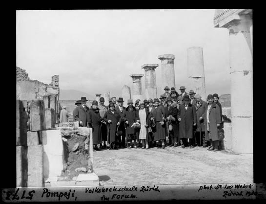 Reise der Volkshochschule im Jahr 1930 nach Pompeji.