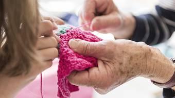 Immer weniger Kinder und Junge sehen sich einer immer grösser werdenden Schicht von älteren Menschen gegenüber. (Archivbild)