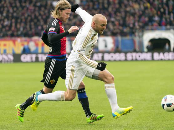 Luzerns Marco Schneuwly schirmt gegen den Ball ab gegen den Basler Birkir Bjarnason.