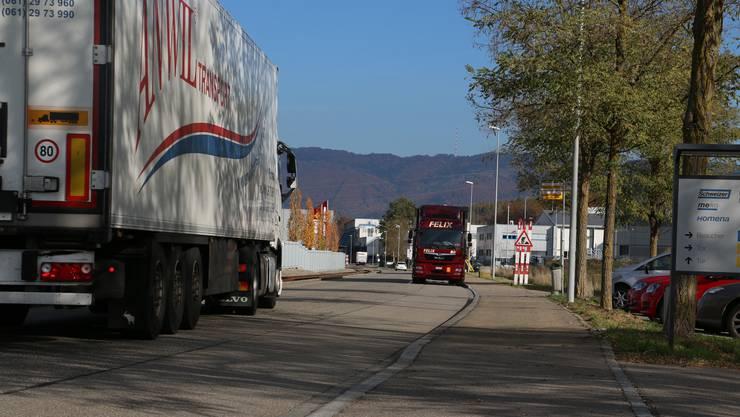 Der Strassenbelag auf der Bäumlimattstrasse ist durch den Lastwagenverkehr stark mitgenommen.