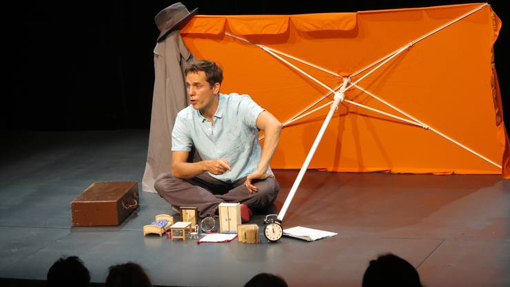 Manuel Löwensberg stellt durch Kinderspielzeug das Zimmer des Mannes dar, der alle Gegenstände umbenannte. Simon Egli