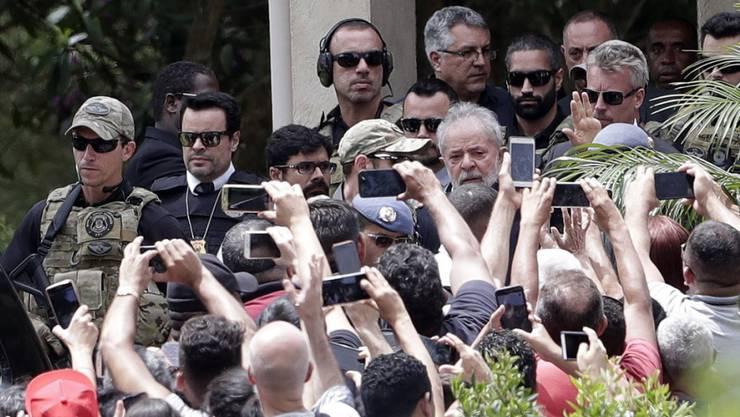 Brasiliens Ex-Präsident Lula erhielt Hafturlaub, um an der Beerdigung seines Enkels teilzunehmen.