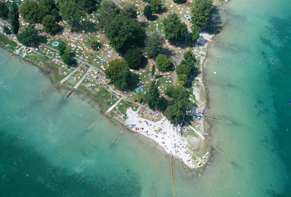 Ein Blick von oben auf das Strandbad Horn in Konstanz.