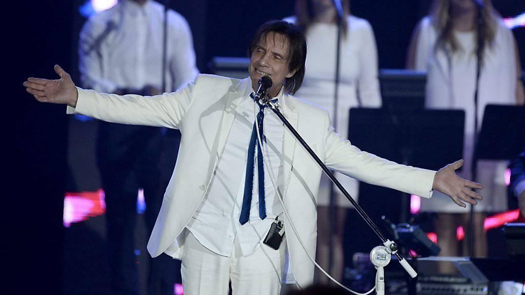Roberto Carlos bedankt sich singend auf der 2015 Latin Recording Academy Person of the Year Gala im Mandalay Bay Convention Center in Las Vegas für seine Auszeichnung.