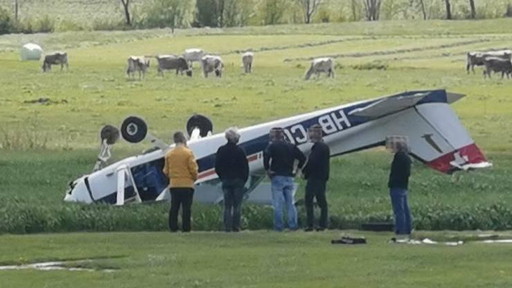 Das Flugzeug hat sich bei der Landung überschlagen.