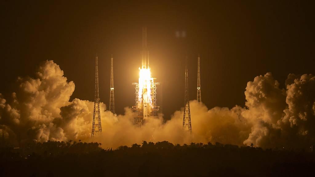 Eine Rakete vom Typ «Langer Marsch 5» startet auf der Startrampe des Wenchang Space Launch Center.