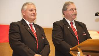 Ueli Nussbaumer (l.) übergibt den Präsidentenstab an Christian Röthlisberger.