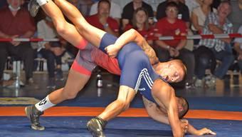 Leichtgewichter Flurin Meier (oben) lancierte mit seinem 18:2-Überlegenheitssieg im ersten Kampf den überzeugenden Auftritt der Freiämter Ringer in der Sporthalle Merenschwand.