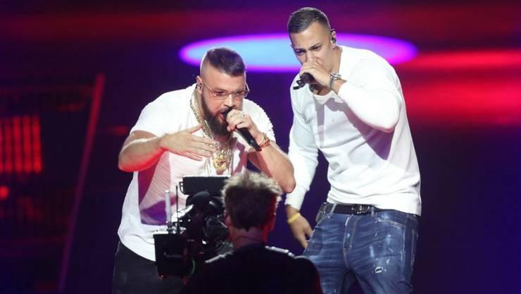 Die Proteste gegen die Auszeichnung der Rapper Kollegah (r) und Farid Bang, die mit antisemitischen Reimen provozieren, werden schärfer. (Archivbild)