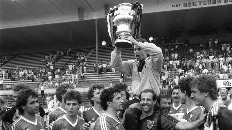Die Aarauer gewinnen am 27. Mai 1985 den Cupfinal gegen Neuchatel Xamax mit 1:0. Trainer Hitzfeld hält den Pokal.