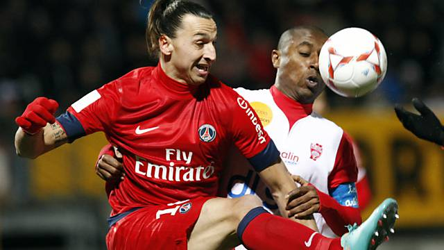 Paris Saint Germains Zlatan Ibrahimovic setzt sich durch.