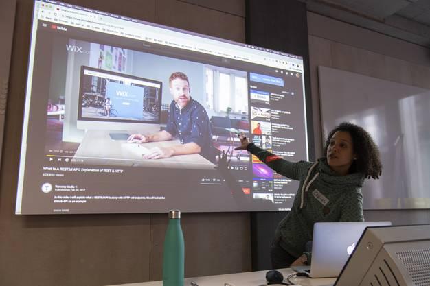 Coach Chanel Greco erklärt die Grundlagen des Coding. Mit ihr tippten die Mädchen erste Zeilen in HTML und CSS.