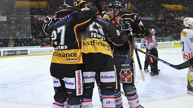 Berns Spieler feiern das 1:0 gegen Kloten
