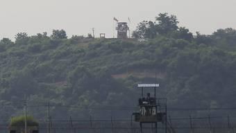 Militär-Wachposten von Nordkorea (hinten) und Südkorea (vorne) stehen an der Grenze der beiden Länder. Nordkorea hat die Zerstörung des innerkoreanischen Verbindungsbüros auf seinem Boden bestätigt. Das Verbindungsbüro diente als wichtiger Kommunikationskanal zwischen beiden Staaten. Foto: Ahn Young-Joon/AP/dpa