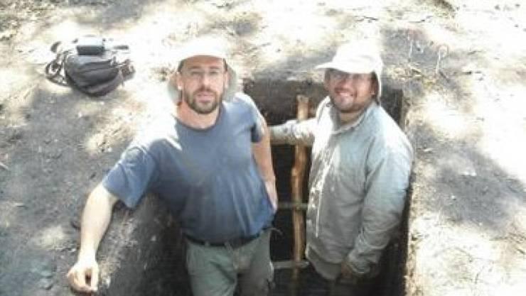 Dr. Umberto Lombardo vom Geographischen Institut der Universität Bern (links) und José Capriles von der Pennsylvania State University (rechts) bei den Ausgrabungen in der bolivianischen Savanne, wo sie eine bahnbrechende agrikulturelle Entdeckung machten.  (zVg).