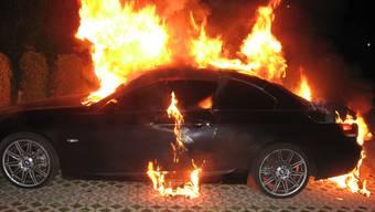 Ein Personenwagen brannte am Höhenweg komplett aus.(Symbolbild)