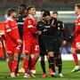 Leverkusens Nadiem Amiri (schwarzes Trikot vorne rechts) muss von Unions Grischa Prömel beruhigt werden.
