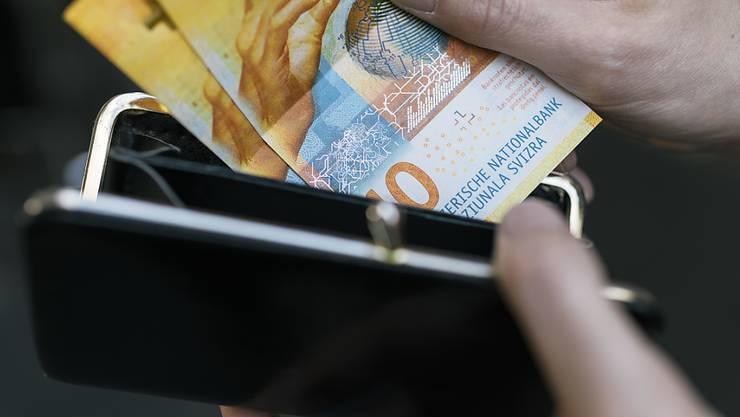 Die weltwirtschaftlichen Risiken dämpfen die Konsumlust der Schweizer. (Symbolbild)