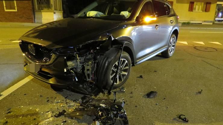 Sins SG, 13. November: Weil eine Automobilistin auf der Luzernerstrasse in Sins die Kurve schnitt, kam es zur Kollision mit einem korrekt entgegenkommenden Auto. Dabei wurde ein Lenker leicht verletzt.