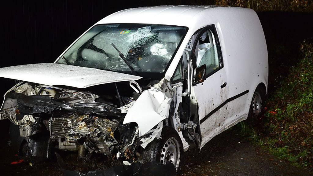 Ein 50-jähriger Autofaher kam in Künten AG von der Strasse ab. Er prallte in einen Baumstrunk und kam dabei ums Leben.