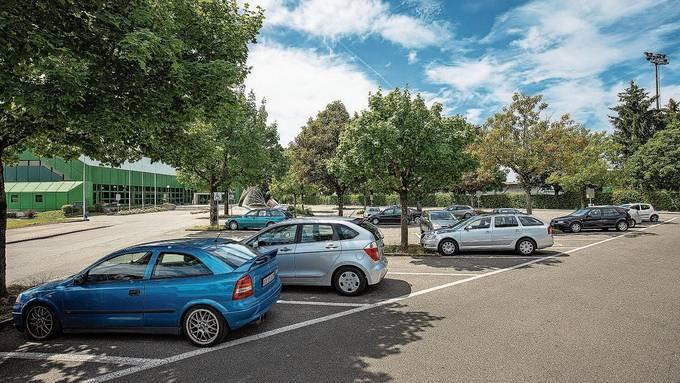 Die 71 Parkplätze vor der Stadthalle sollen künftig gebührenpflichtig werden.