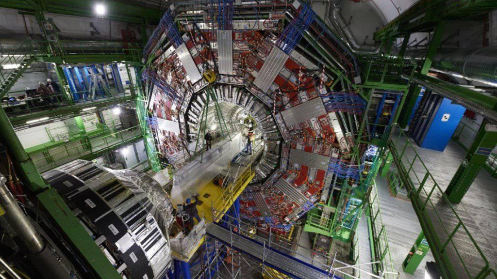 Der CMS-Detektor am LHC-Teilchenbeschleuniger des CERN soll noch präziser die Eigenschaften von Teilchen messen: Dafür bekommt er kurz vor Start der neuen Mess-Saison ein Upgrade.