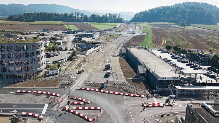 Auf dem Tunnel in Richtung Bünztal sind die Strassenarbeiten im Gang. Auch eine neue Ampel wird noch installiert.